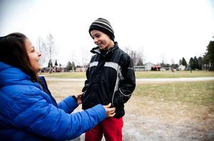 Modersmålslärare och studiehandledare Worood Azara jobbar med barnen i förberedelseklassen.