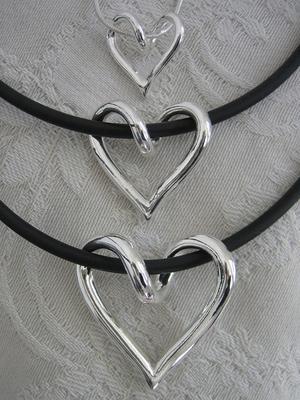 Hjärtan som de flesta förknippar med Tove Larsson, som blivit en sorts logga för hennes silverkonst.