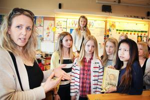 Celine Estassy berättar om klassernas fredsarbete.