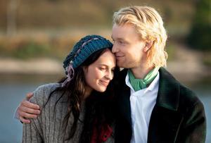 """Från film till tv. Alicia Vikander och Björn Gustafsson i rollerna som Fragancia och Pettersson-Jonsson i """"Kronjuvelerna"""" som visas i SVT 1. Foto: Andreas Hillergren"""