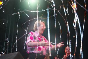 Så här glad blev Kjell Lönnå när han klev upp på scenen för att ta emot publikens jubel.