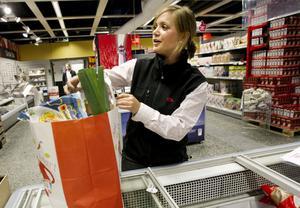 Ihopplock. Anna Ljunggren på Ica Supermarket Björksätra plockar ihop en matkasse med ingredienser och recept för fem middagar för fyra personer. Matkassarna beställs i förväg på internet och det finns tre olika att välja på.
