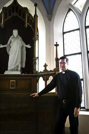 Stefan Öberg, kyrkoherde i Hidinge nya kyrka, anser att den kostsamma renoveringen av kyrkan är mer än nödvändig.