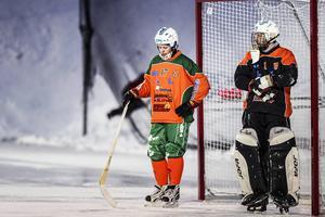 Anders Wingman (till vänster) deppar efter ett av Broberg/Söderhamns mål i lördagens hemmapremiär. Mötet slutade hela 3–15 till gästerna.