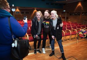 Inspirerades. Efter föreläsningen ville många passa på att fotograferas med Rickard Söderberg, här är det mamma Mikaela Hurme som tar bild på tvillingdöttrarna Malva och Morgaine Hurme, som nu bestämt sig för att också bli regnbågsaktivister.