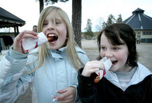 Gratis korv. Louise Larsson och Angelica Vehmanen passade på att mumsa på gratis korv med bröd.