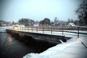Dagens bro över Delångersån mäter 40 meter och är 5,5 meter bred. Den nya blir lite längre och även bredare.