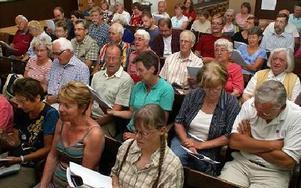 En 70-hövdad publik verkade, de flesta, ändå gilla att få lufta sina (sång)strupar i välkända Dan Anderssondikter.FOTO BOO ERICSSON