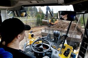 Thomas Lihm och hans kollega Sten Karlsson i grävmaskinen har uppdraget att ställa i ordning nya förbifarten som är tänkt att öppnas på måndag