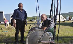 Erik Gabrielsson snackar ihop sig med pappa Gunnar inför lopp 4. Erik, 50, har sent omsider i livet börjat en ny karriär som travkusk och hovslagare. På Ammeråtravet körde han sitt 16:e lopp.