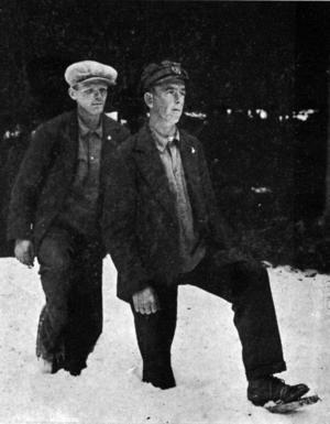 Anton Jansson och Paul Dahlgren lufsade fram i skogen vid Järbo med hemmagjorda björntassar av trä på fötterna. Bilden togs av Nils Backlund 1931 och distribuerades som vykort över hela Sverige.
