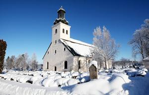 Söderbärke kyrka, som stod klar 1734, i vinterskrud. Det var hit som de långväga gästerna kom på söndagarna och samtidigt gjorde sina inköp hos handlaren vid bron. Något som prosten Bellander inte såg med blida ögon.
