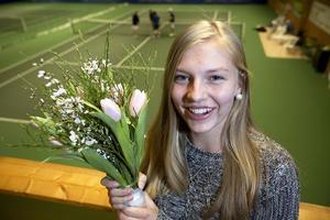 Sandra Angelsjö får tulpaner som beröm av sin mamma för att hon följer sin dröm och klarar sig själv även om det är långt hemifrån.