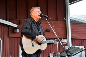 Mikael Wiehe spelade nya och gamla låtar, med mycket politiskt engagemang i.