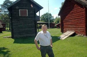 Upprustningen av Gammelgården i Tierp påbörjas trots att Tierps hembygdsgille inte vet om de får bidrag från kommunen. På bilden ordförande Stig Lundqvist.
