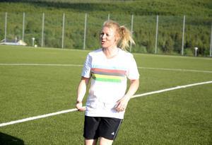 Karin Stolt Halvarsson, som bland annat är involverad i det kommande alpina VM i Åre 2019, gör sin första säsong som fotbollstränare. Hon deltar även själv i övningarna på träningarna när det passar.