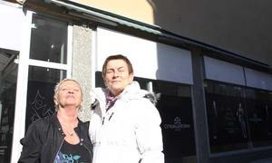Lizbeth Fahlander och Iva Pettersson stod och lapade sol utanför Gallerian.