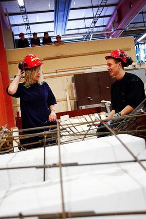 Erika Norderud och Marcus Ramsten är båda inriktade på att bli snickare. De är två av de förstaårselever på Byggprogrammet på Palmcrantzskolan som på skoltid några timmar i veckan bygger skateboardramper till Stadsdel Norr.