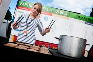 VÄL FÖRBEREDD. Det är ett hett jobb Lina Thunström har. Under gårdagens fotbollsmatch grillade hon 300 hamburgare.