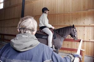 Leena Larsson instruerar Magdalena Lönngren hur hon bäst ska kunna samspela med sin häst Belle.