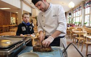Det var rena lyxrestaurangen på Rättviksskolan i går när kökschef Anders Frodig skar upp helstekt entrecote. På tur att smaka står Johan Werkmästar från Gärdebyn. MATS RÖNNBLAD