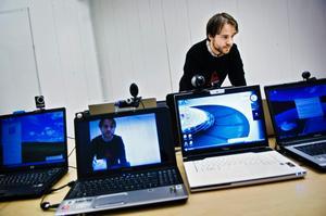 Se möjligheterna med webbkamera och utnyttja tekniken till att hålla koll på vad som händer i din bostad. (Personen på bilden har inget med artikeln att göra.)