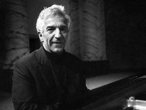 Den berömde ryske pianisten och dirigenten Vladimir Ashkenazy har en speciell relation till Cassels. Efter branden 1992 arrangerade han en välgörenhetskonsert i sporthallen i Ludvika. Intäkterna gick oavkortat till återuppbyggnaden av konserthuset.
