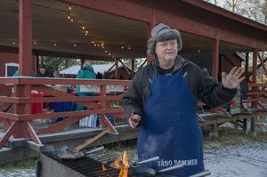 Sture Persson stekte kolbullar efter hemligt recept åt Sollefteå Folkdansgille.