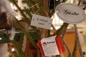 Julgranens pynt består av emaljskyltar, smidda spikar, lindisktrasor, tvålar, fönstertejprullar, fönstervadd och linsnöre.