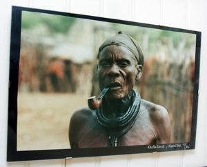 Fotograferingen är den enda hobby som har hållit i sig genom åren för Marie Simonsson. På en vägg hemma i Gåxsjö sitter den bild hon är allra mest stolt över – på en stamhövding i Namibia som till sist gick med på att fotograferas på ett villkor – att pipan var med.