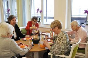 Snart serveras lunchen – isterband med dillstuvad potatis. Pensionärerna tar här för sig av sallad och bröd.