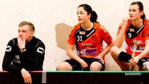 Rönnbys tränare Pelle Alvin i förgrunden är bekymrad.