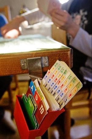 Alla bridgebud ligger samlade i en låda. Buden ska inte lämnas muntligen, så den som bjuder till exempel två spader lyfter upp motsvarande kort ur lådan och lägger framför sig på bordet.