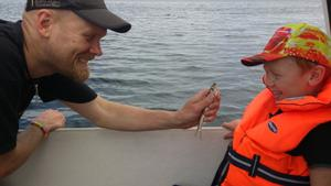 Eric gillar att fiska strömming med pappa! Foto: Lena von Otter
