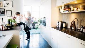 En av trenderna som kommer starkt är väl tilltagna köksöar. Helst ska man kunna sitta och äta runt dem.