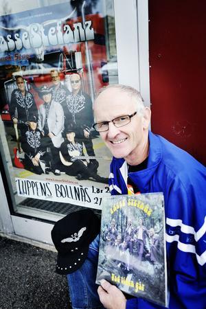 Lars-Göran Edling visar stolt upp sina Lasse Stefanz-saker och affischen med favoritbandet.
