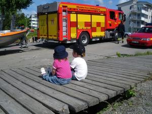 Två av våra barnbarn Oscar 3 år och Evelina 1,5 år var mäkta imponerade av brandbilen.