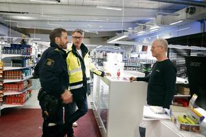 Mikael Alfredsson och Michael McCarthy diskuterar fyrverkeriförsäljningen med Lars-Erik Karlsson, butiksansvarig på Södertälje färghandel.