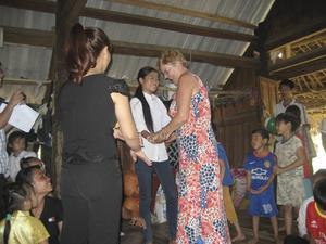 Här möter Agneta Strömqvist sitt nuvarande fadderbarn i byn i Vietnam. Hon har varit fadder till flickan i fyra år.