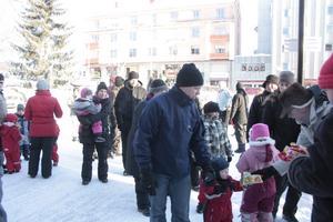 Julgransplundringen avslutades med långdans och godispåsar.