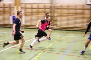 André Rydén och Andreas Larsson, båda nyförvärv i Lillhärdal, fast här i olika lag, störtar mot bollen.