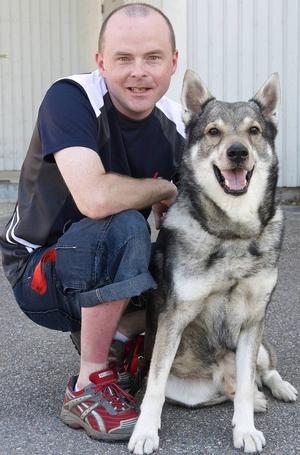 Kent Kristoffersson har startat en Facebook-grupp för att djur som kommit från sina hussar och mattar lättare ska hitta hem igen. Hunden är en blandning av jämte och kelpie och heter Bosco.