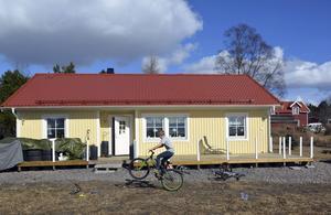 Tioårige Melvin Ogebrand Gustafsson trixar gärna på cykeln framför familjens nya hus.
