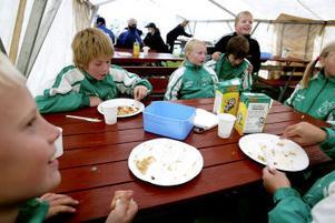 Tomt på faten blev det under fotbollscupen i Essvik. Och i motsats till mångas fördomar hade barnen ytterst lite att invända mot fullkornspastan eller grönsaksbuffén. Populärast var morötter och gurka. Här barn från Ånge IF, som alla var trötta på hamburgare.