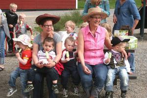 Birgitta Olsson och Ingegerd Ring och deras småttingar var ditbjudna från