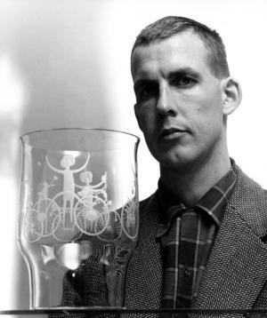 Gunnar Cyrén med graverad skål 1960.