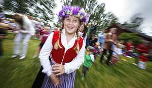 Elin Julin Ericsson, 9 år, Forsa, dansade kring midsommarstången på Forsa Forngård, Fränö.