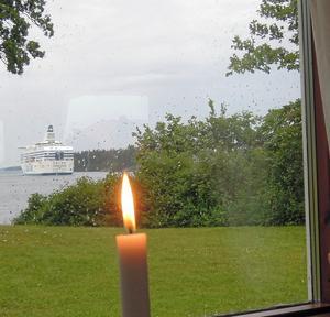 Det här är också svensk sommar. Tända ett ljus och titta ut på regnet. Foto: Barbro Wickström.
