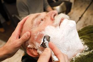 Här blir Hans Karlsson len och fin. Det är viktigt att sträcka huden när man rakar.