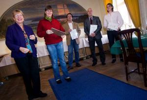 Maggi Mikaelsson delade ut diplom för god matkonst till Kajsa Rasmusson, Mikael Kühne, Stefan Nilsson och Camilla Landgren.Foto: Håkan Luthman